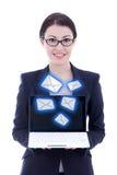 Internetbegrepp - ung härlig affärskvinnavisningbärbar dator Arkivbild