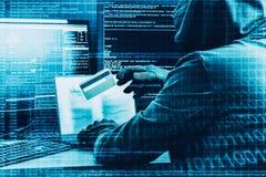Internetbrottbegrepp En hacker som arbetar på en kod och stjäler kreditkorten med den digitala manöverenheten omkring arkivbild