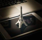 Internetowa online agencja podróży rezerwuje Paris Obrazy Stock