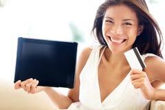 Internetowa zakupy kobieta online z pastylka komputerem osobisty Obraz Royalty Free