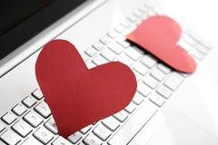 Internetowy datowanie pojęcie - dwa papierowego serca na komputerowej klawiaturze fotografia royalty free