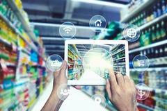Internetowy i Online zakupy pojęcie Teraźniejszy ręką Z Comm Obraz Stock