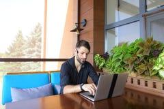 Internetowy konsultant opowiada klient z sieci kamerą i microp obrazy royalty free
