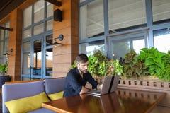 Internetowy konsultant opowiada klient z sieci kamerą i microp zdjęcia royalty free