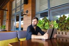 Internetowy konsultant opowiada klient z sieci kamerą i microp obraz royalty free