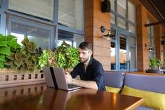 Internetowy konsultant opowiada klient z sieci kamerą i microp fotografia royalty free