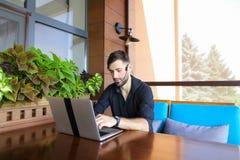 Internetowy konsultant opowiada klient z sieci kamerą i microp zdjęcie stock