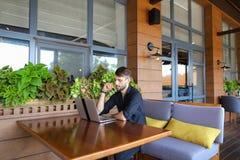 Internetowy konsultant opowiada klient z sieci kamerą i microp obraz stock