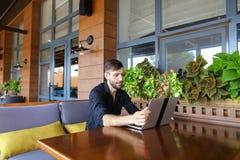 Internetowy konsultant opowiada klient z sieci kamerą i microp obrazy stock