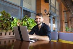 Internetowy konsultant opowiada klient z sieci kamerą i microp zdjęcie royalty free