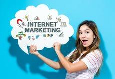 Internetowy Marketingowy tekst z młodą kobietą trzyma mowa bąbel obrazy royalty free