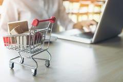Internetowy online zakupy pojęcie, kobieta robi zakupy online jest a dla Obraz Royalty Free