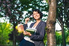 Internetowy studiować outdoors w parku obrazy stock