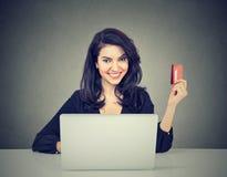 Internetowy zakupy i zapłata Kobieta pokazuje kredytową kartę używać laptop zdjęcie royalty free