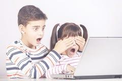 Internetsäkerhet för ungebegrepp fotografering för bildbyråer