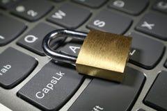 Internetsäkerhet med det guld- låset på datortangentbordet Arkivbild