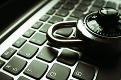 Internetsäkerhet med det svarta nummervisartavlalåset på det högkvalitativa bärbar datortangentbordet Royaltyfria Foton