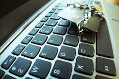 Internetsäkerhet med kedjan & låset runt om kreditkort på det högkvalitativa datortangentbordet Arkivfoto
