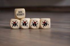 Internetsäkerhet och anti-virusskydd med kuber, tärning arkivbild