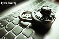 Internetsicherheit mit schwarzem Kombinationsschloß mit dem Zoom gesprengt auf Laptop-Tastatur-hoher Qualität lizenzfreie stockfotos