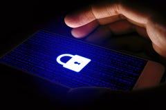 Internetsicherheitskonzept, Mann, der Smartphone und Verschlussikone auf VI verwendet Lizenzfreie Stockfotografie