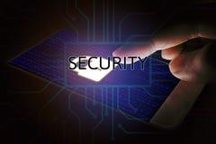 Internetsicherheitskonzept, Mannzeigeverschlussikone am Handy lizenzfreie stockbilder