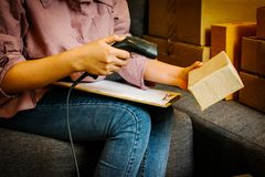 Internetstartar online-shopping, den unga affären upp online-säljaren Arkivbilder