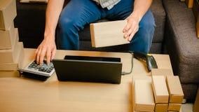 Internetstartar online-shopping, den unga affären upp online-säljaren Arkivfoton
