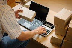 Internetstartar online-shopping, den unga affären upp online-säljaren Arkivbild