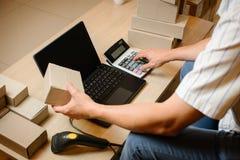 Internetstartar online-shopping, den unga affären upp online-säljaren Arkivfoto