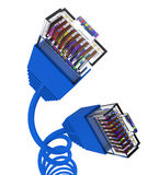 Internetuppkoppling föreställer globala kommunikationer och datoren Arkivfoton