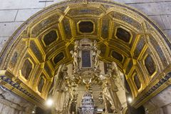 Interni della cattedrale di Domnius del san nella spaccatura, con il suo altare dorato Immagini Stock