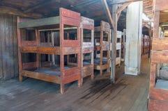 Interni delle caserme del prigioniero con i letti al campo di concentramento di Majdanek immagine stock