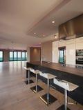 Interni di un appartamento moderno, cucina con la vista del mare Immagini Stock Libere da Diritti