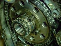 Interni di un blocco smontato di motore a combustione interna con i bulloni e l'olio degli ingranaggi immagine stock libera da diritti