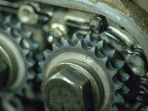 Interni di un blocco smontato di motore a combustione interna con i bulloni e l'olio degli ingranaggi fotografia stock
