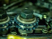 Interni di un blocco smontato di motore a combustione interna con i bulloni e l'olio degli ingranaggi immagini stock