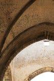 Interni di una chiesa medievale, le volte Immagine Stock