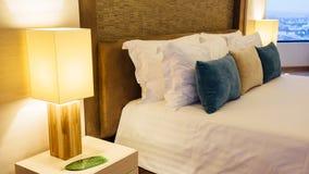 Interni eleganti della camera da letto della casa Immagini Stock Libere da Diritti