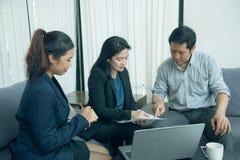 Interni graziosi di affari che ascoltano il loro leader della squadra Immagine Stock