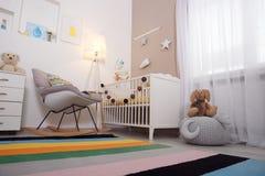 Interno accogliente della stanza del bambino con la greppia fotografia stock libera da diritti