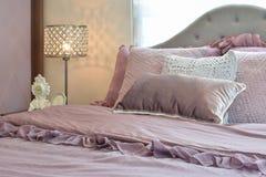 Interno accogliente e classico della camera da letto di stile con i cuscini e la lampada di notte Fotografia Stock