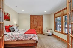 Interno adorabile della camera da letto con le pareti beige molli fotografia stock libera da diritti