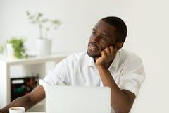 Interno africano distratto che sogna di riuscito affare e Immagini Stock