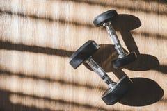 Interno ajustado do peso com sombra dura da grande janela fotografia de stock