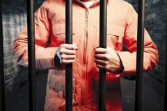 Interno all'interno della cella di prigione scura alla notte fotografia stock
