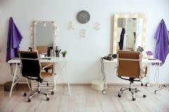 Interno alla moda del salone di lavoro di parrucchiere Immagini Stock Libere da Diritti