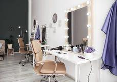 Interno alla moda del salone di lavoro di parrucchiere Fotografia Stock Libera da Diritti