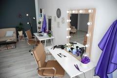 Interno alla moda del salone di lavoro di parrucchiere Immagine Stock