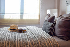 Interno alla moda della camera da letto con i cuscini a strisce sul letto Immagine Stock